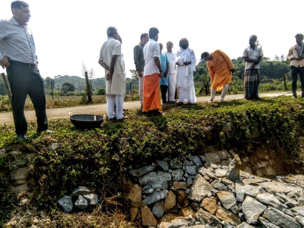 Sri Sri Ravi Shankar inspects a recharge structure at Bhagamandala