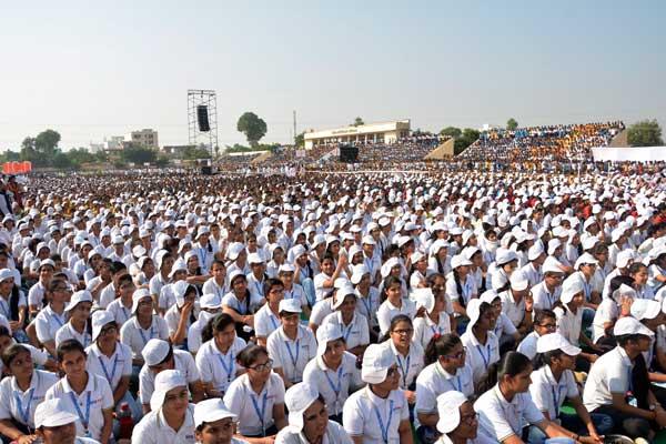 50000 students interacted with Gurudev Sri Sri Ravi Shankar at Art of Living_s _Utsah_ in Sikar, Rajasthan