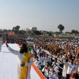 श्री श्री ने सीकर में 50,000 छात्रों से कहा : विश्व को प्यार से जीतने की कला सीखें | Learn the Art of Winning the World with Love: Sri Sri tells 50,000 students in Sikar