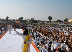 Learn the Art of Winning the World with Love: Sri Sri tells 50,000 students in Sikar