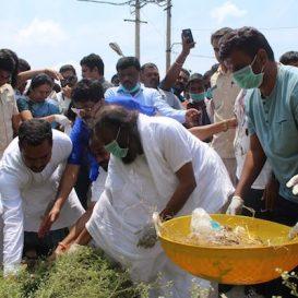"Sri Sri launches PM's ""Swachata hi Seva"" cleanliness drive in Bengaluru"