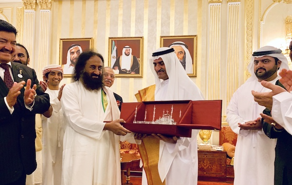 HH Sheikh Hamad bin Mohammad Al sharqi presents a memento to Gurudev Sri Sri Ravi Shankar as part of his maiden visit to the UAE