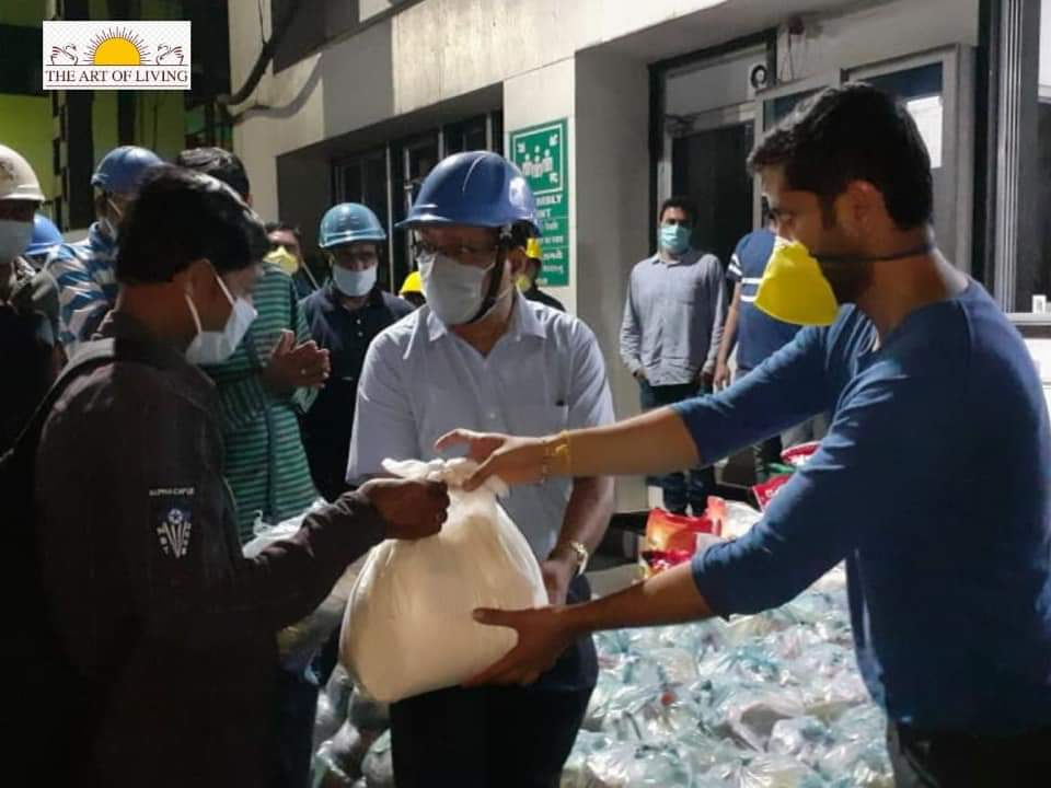 art of living food distribution during covid lockdown with help of civic bodies to low-income groups and migrant workers