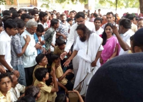 Sri Sri Ravi Shankar Meets Gujarat Flood Victims